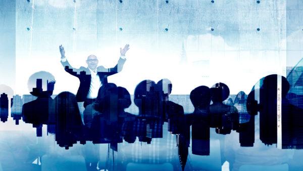 Homem palestrando e mostrando todo seu poder de liderança e gestão de pessoas